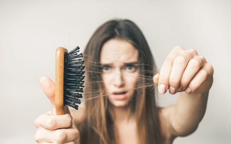 Co zrobić, gdy włosy wypadają podczas mycia?
