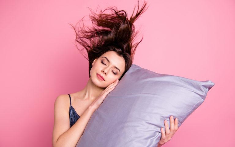 3 sposoby na to, jak chronić włosy w czasie snu